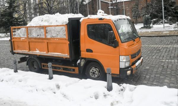 Над 120 снегорина обработват настилките в София