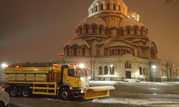 Над 600 машини чистят снега, АПИ: Не пътувайте, ако не се налага!