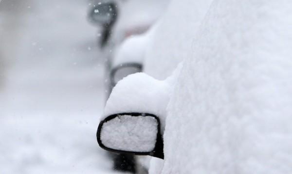 Сняг, студ и ограничения на пътя! Зимата е във вихъра си