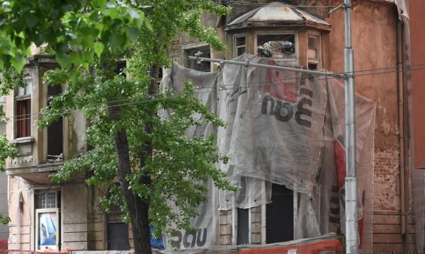 """Казусът """"Двойната къща"""": Първо съборена, сега ще я възстановяват!"""