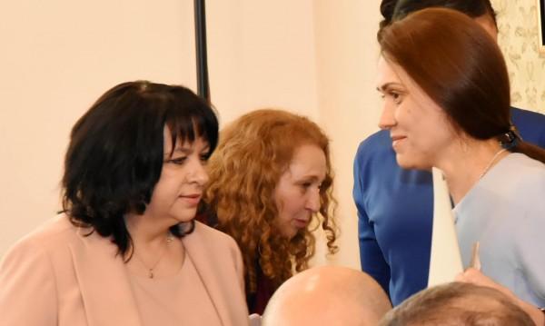 Няма да приемат оставката на Петкова, остава министър