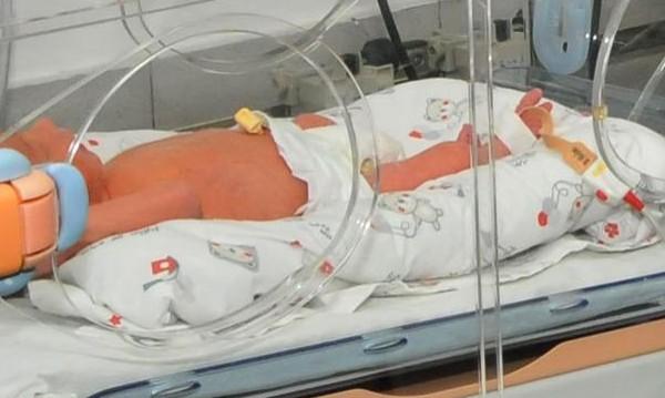 16-годишна роди у дома, а после задуши бебето си