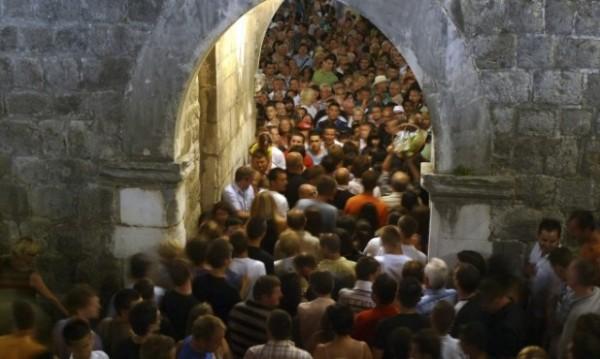 Най-популярните дестинации се борят с... тълпи туристи