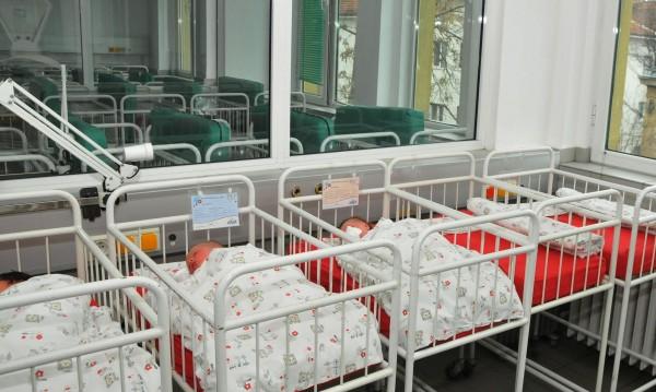 Нова зловеща мода при майките: Приспиват бебета със сешоар!