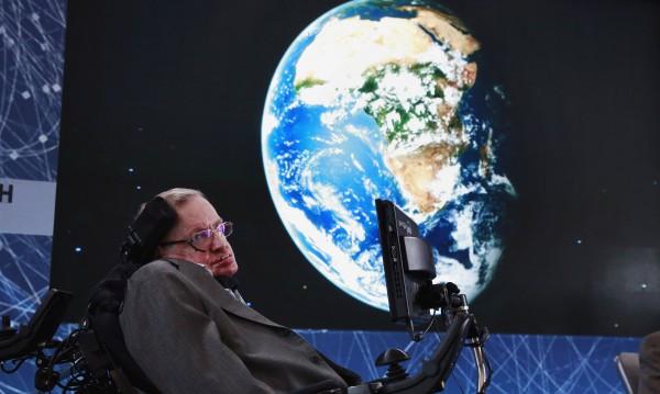 Завещанието на Хокинг: Пазете се от машините, колонизирайте Луната!
