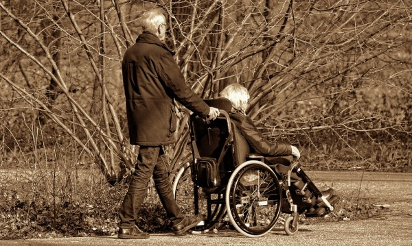 Кой може да бъде бавачка на възрастни хора?