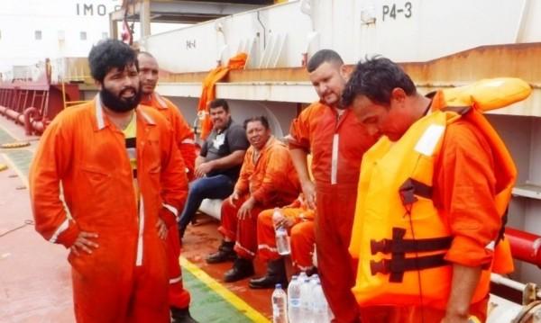 Наши моряци спасиха екипаж на потъващ кораб
