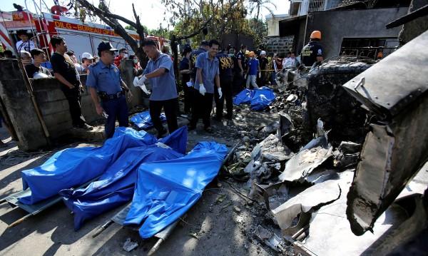 Самолет се вряза в къща, седем души загинаха