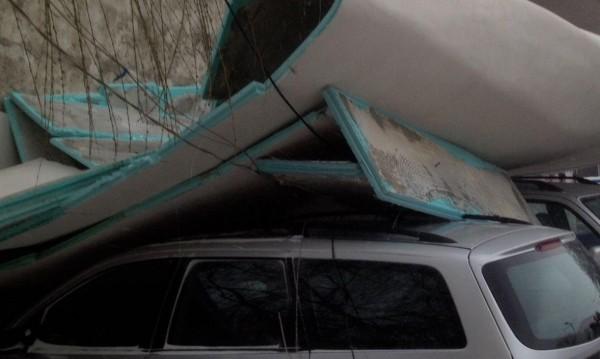 """Покрив на супермаркет се срути върху кола в """"Младост"""""""