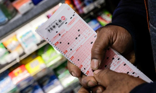 Ей това е късмет! Американец удари $457 млн. от лотария