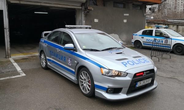 Полицаи яхват мощна спортна кола, ще спират гонките