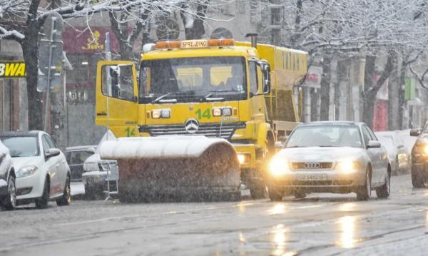 135 снегорина чистят столицата след падналия сняг