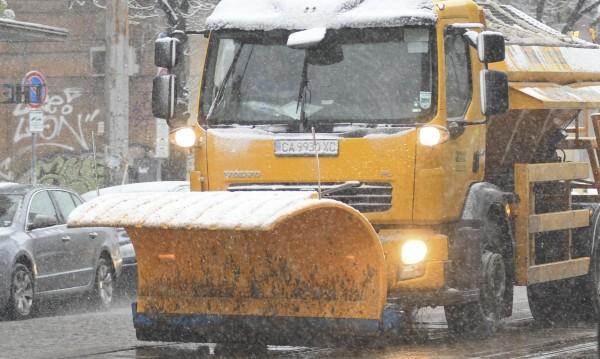 Сняг се сипе на парцали.. 130 снегорина рият София