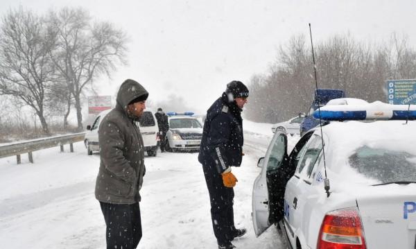 """Снегът затвори част от """"Люлин"""", без тирове по """"Тракия"""" и """"Хемус"""""""
