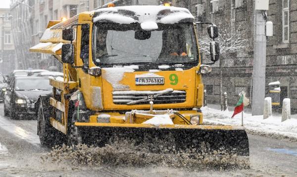 Булевардите в София почистени, на терен – 101 снегорина