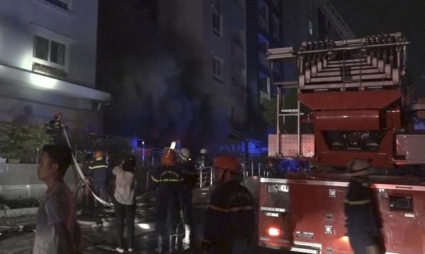 Най-малко 13 загинали при пожар в блок във Виетнам