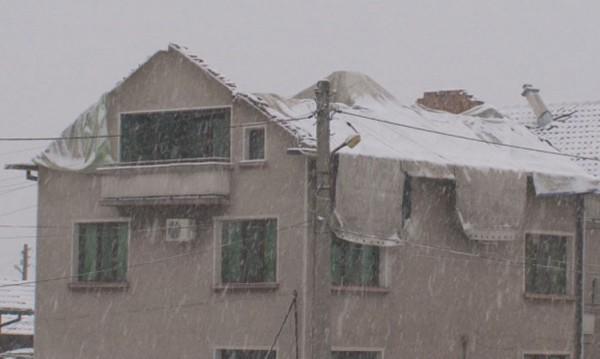 Под покрив от найлони! В снега и в студа и след урагана...
