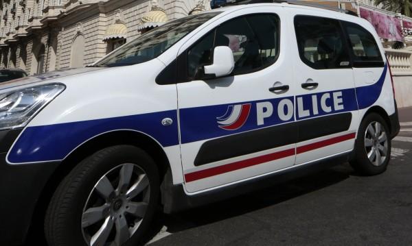 Въоръжени държат заложници в магазин във Франция