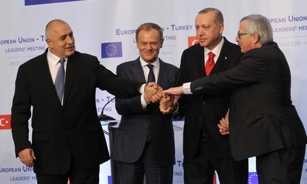Фарсът във Варна: Европа симулира наслада от турския локум