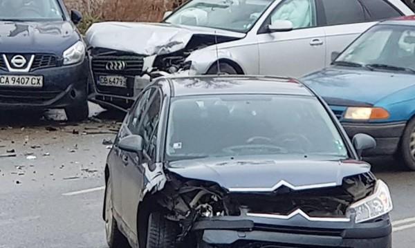 Три коли се удариха на Симеоновско шосе, има тапа