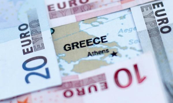 Гърците започнаха пак да наливат пари в банките