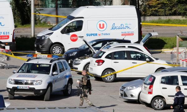 Мъж опита да прегази френски военни с колата си