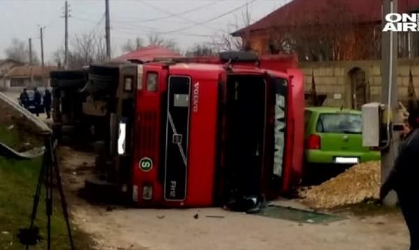 ТИР смачка 3 коли и се преобърна до къщи в Кичево