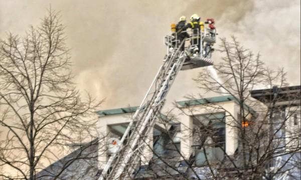 Пожар в 5-етажна кооперация в Бургас, евакуираха хората