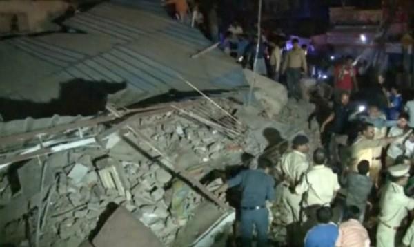 Десет души загинаха при срутване на сграда в Индия