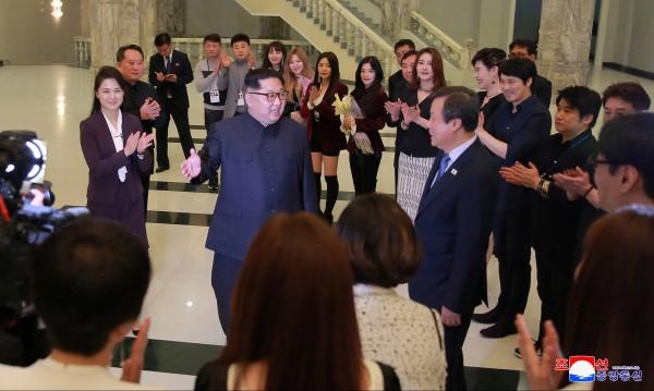 Ким Чен Ун се радва и пляска на... южнокорейски звезди