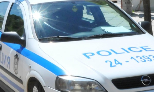 Съпрузи срещу полицаи: Жената напада, мъжът - бяга