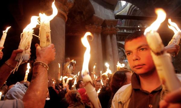 Носят Благодатния огън от Йерусалим с четири фенера