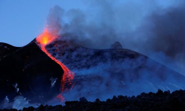 Етна се плъзга бавно, но сигурно към Средиземно море