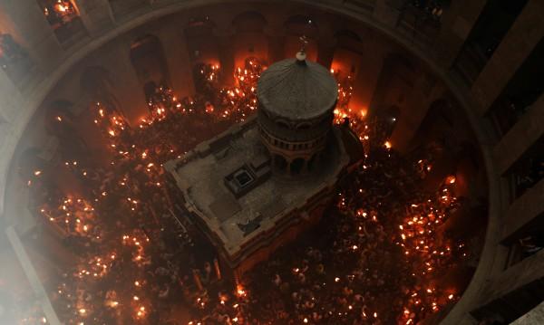 Благодатният огън слезе в Йерусалим, още има надежда!