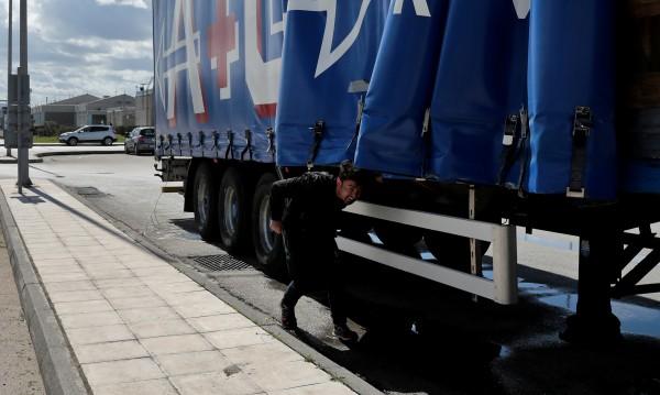 Шофьор откри нелегални мигранти, возели се на камиона му