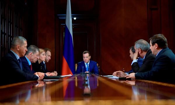 Медведев готви мерки за подкрепа на руски фирми