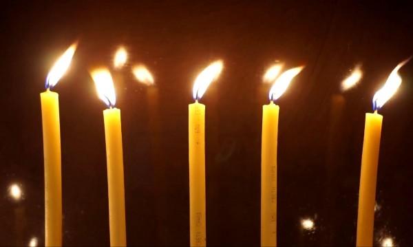 Едни палят свещи, други крадат събраните пари
