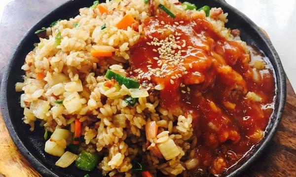 Рецептата Dnes: Запържен ориз с боб и зеленчуци