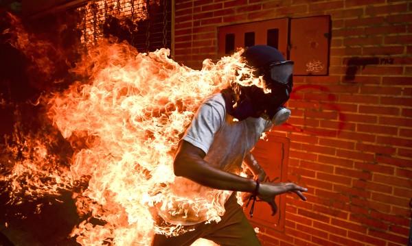 """""""Венецуелска криза"""" – снимка на горящ човек с приз"""