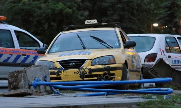 """Tакси удари маршрутка в """"Овча купел"""", трима са ранени"""