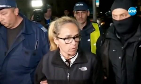 """Под полицейска охрана: Изведоха кметицата на """"Младост"""""""