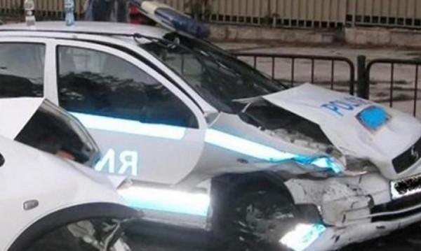 Карък! Димитровградска дама бутна две патрулки, двама полицаи...
