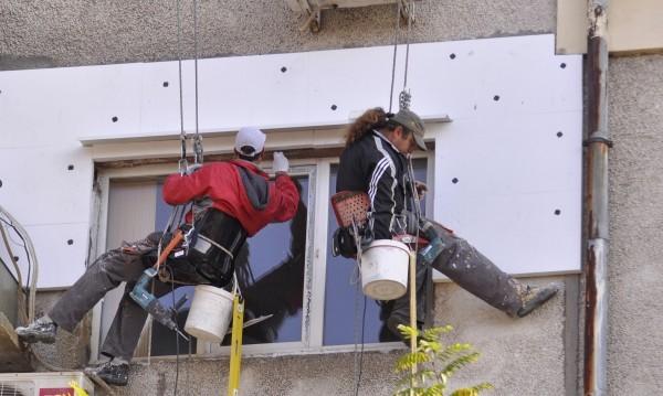 """Санираните """"безплатно"""" блокове в София, колкото тези в Разград"""