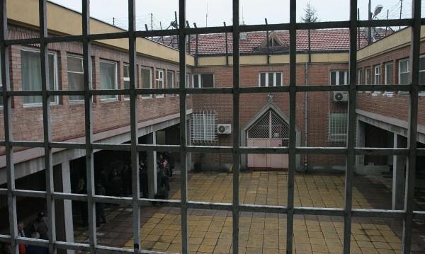 Арестант осъди затворите – бил под ключ и сам