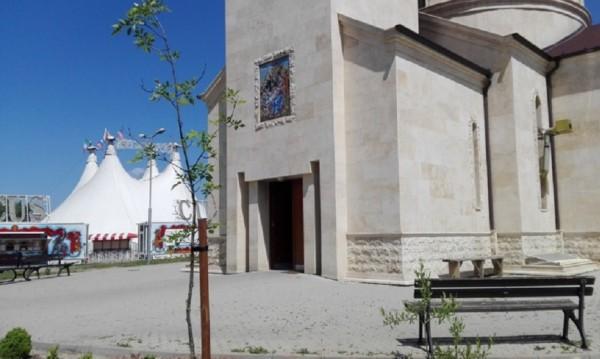 """Цирк опъна шатра до църква в """"Младост"""", Иванчева го пуснала"""
