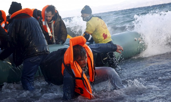 Лодка с 53 мигранти заседна на плаж в Гърция