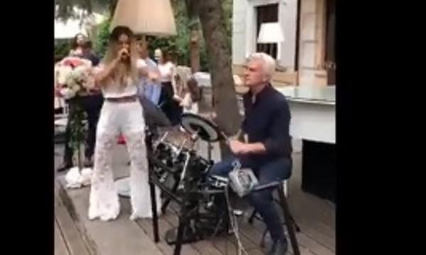 Гери-Никол с микрофона, на барабаните... Волен Сидеров