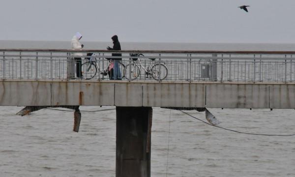 Издирват млад мъж, скочил от моста в Бургас