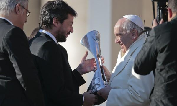 Сватба на британски принц, Ливърпул на финал... Лошо за папата