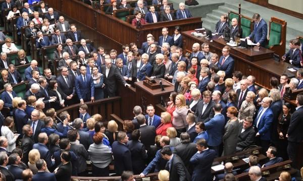 Полските депутати си намалиха заплатите. Нашите – не!